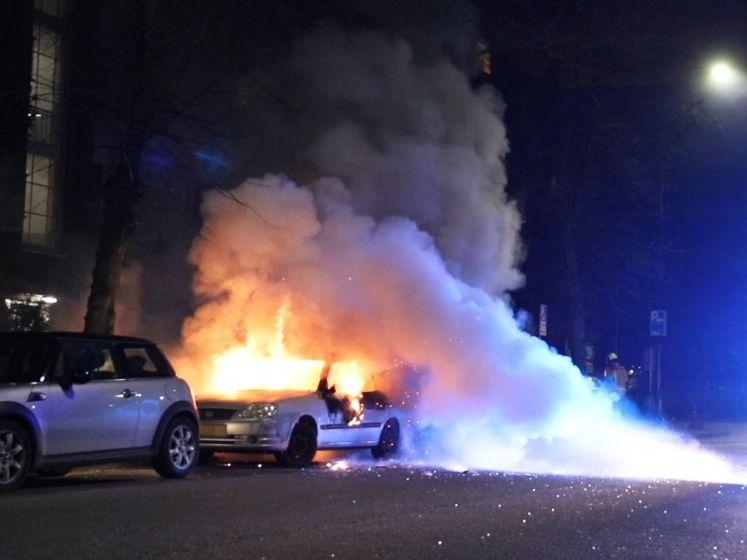Buurt schrikt wakker van harde knal, auto brandt volledig af
