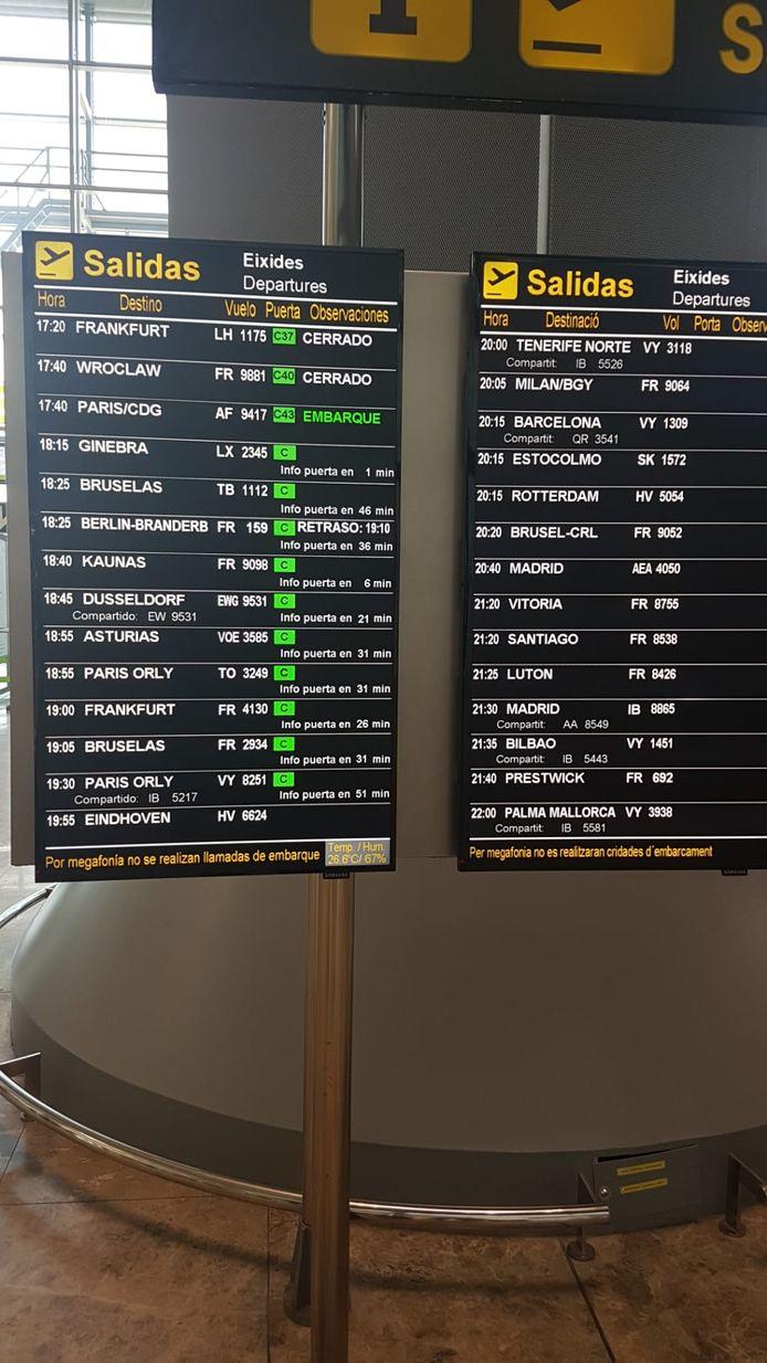 Op het informatiebord met vertrekkende vluchten staat de vlucht naar Zaventem nog steeds niet vermeld. En dat zorgt voor onduidelijkheid bij de passagiers. Alleen de vlucht van een Ryanair-toestel naar Zaventem staat er op aangegeven.