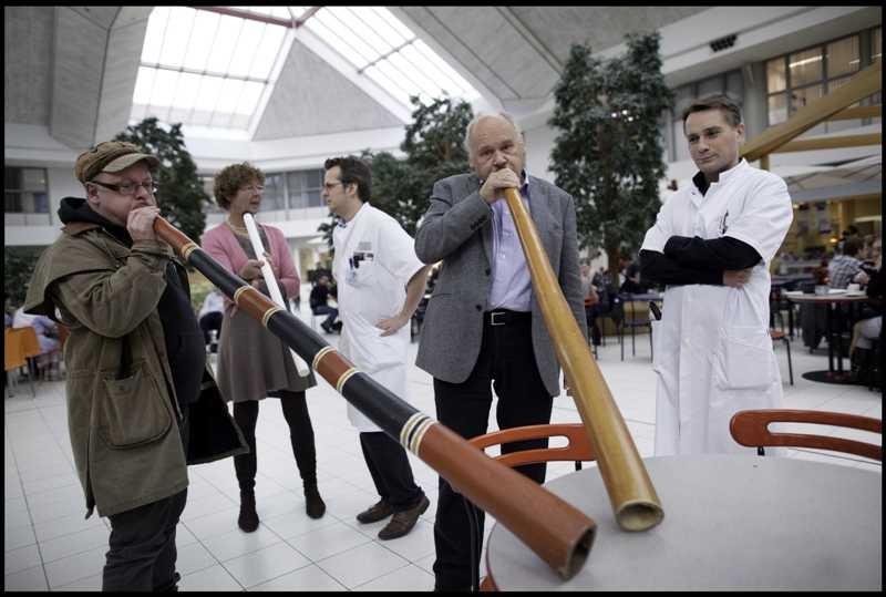Longarts Rob Janssen kijkt tevreden hoe enkele patiënten de ontspanningsruimte van het Canisius-Wilhemina Ziekenhuis (CWZ) in Nijmegen vullen met de vibrerende klanken van de didgeridoo. Footo Erik van 't Hullenaar