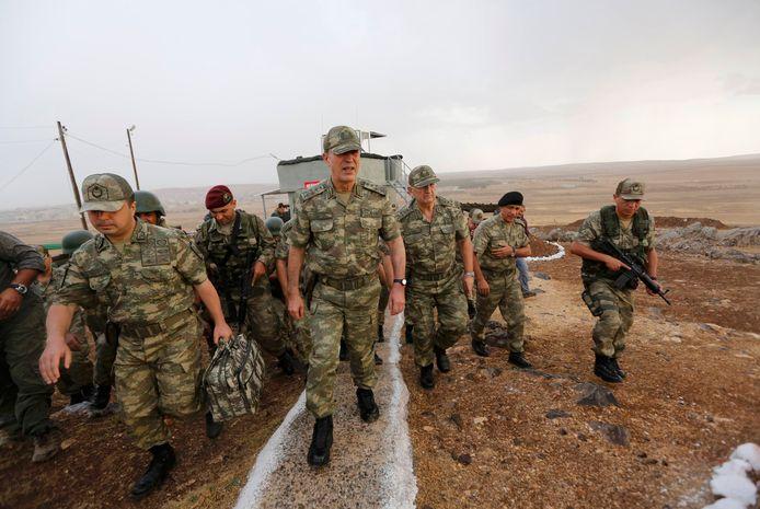 De Turkse minister van Defensie Hulusi Akar (midden).