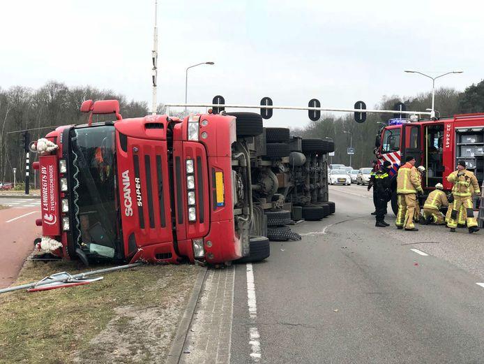 De bestuurder van de vrachtwagen is niet gewond geraakt.