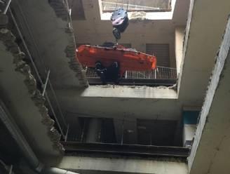 Arbeider valt in bouwput: brandweer takelt hem naar boven met werfkraan