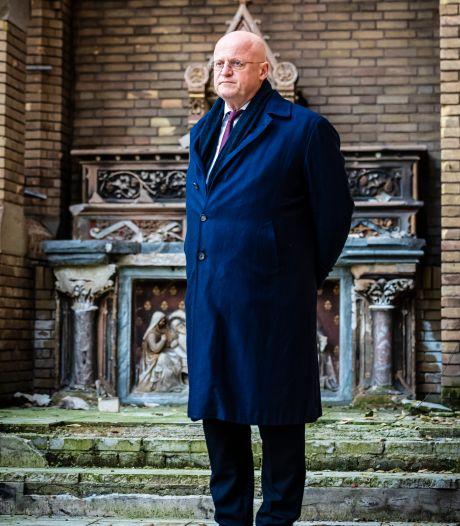 Minister Grapperhaus bezoekt door brand verwoeste kerk Hoogmade: 'Geraakt door wat hier gebeurd is'