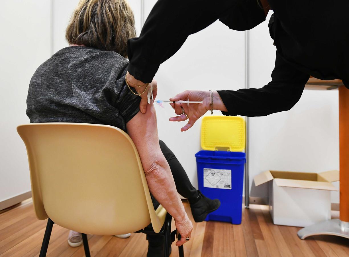 Een huisarts vaccineert een patiënt. (Foto ter illustratie).