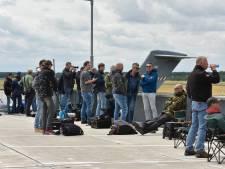 Nieuw tankvliegtuig luchtmacht welkom geheten in Eindhoven met ereboog van water