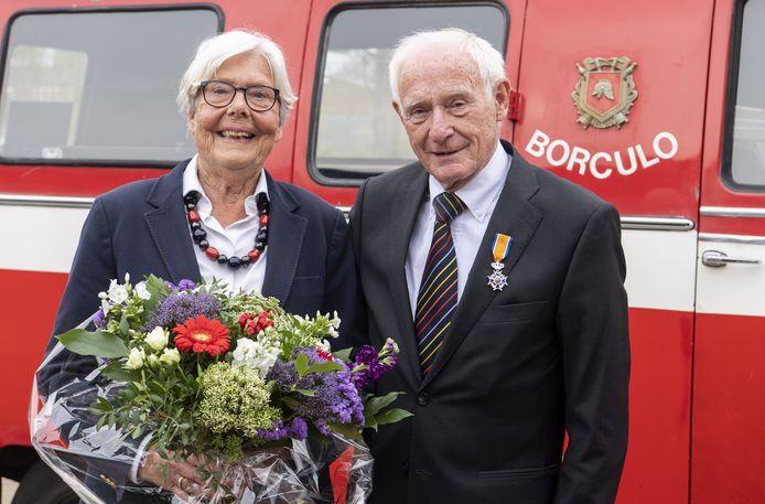 Boy van den Berg  met echtgenote Beitske bij hun 'gelegenheidsvervoer' voor het Berkellandse gemeentehuis, na het in ontvangst nemen van het 'lintje', c.q. een boeket bloemen.