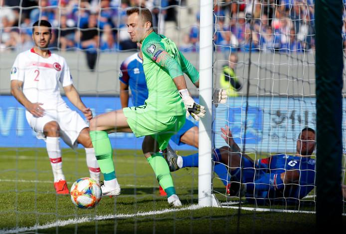 Ragnar Sigurdsson scoort voor IJsland tegen Turkije.