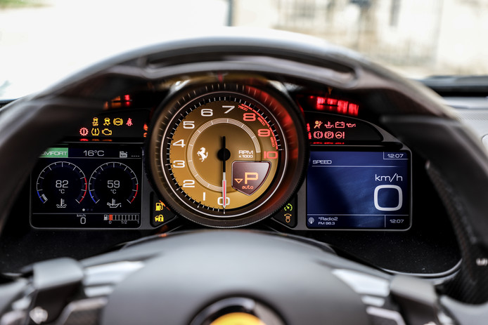 Zicht op de klokken en meters door het stuur heen. Tegen meerprijs kan ook de duopassagier alle prestaties  op een extra scherm volgen.