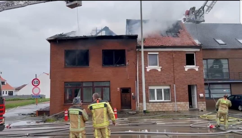 De brand verwoestte twee huizen. Het gezin van 5 verbleef in het huis links.