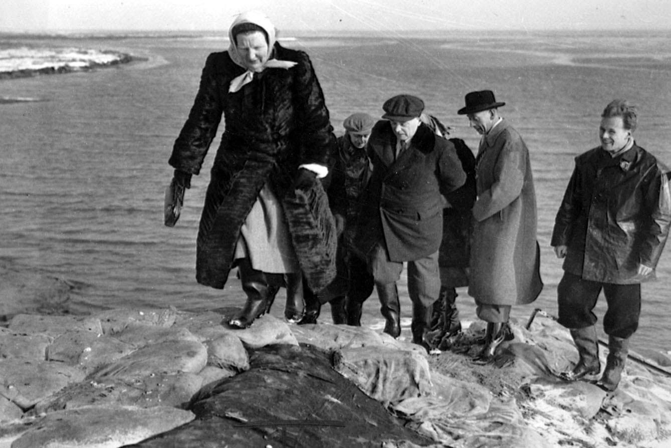 Koningin Juliana (vooraan) brengt in 1953 een  bezoek aan het door de watersnoodramp getroffen gebied.