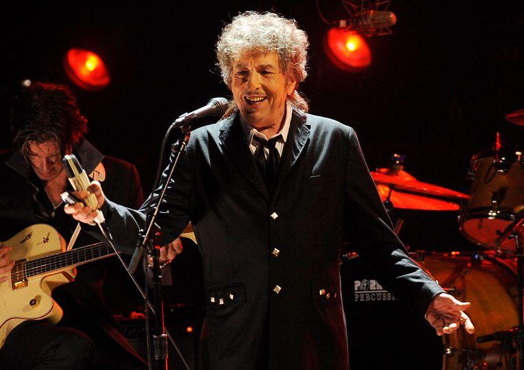 Bob Dylan tijdens een optreden in Los Angeles in 2012. Eventueel te verschijnen muziek van Dylan is niet bij de verkoop aan Universal inbegrepen. Beeld AP