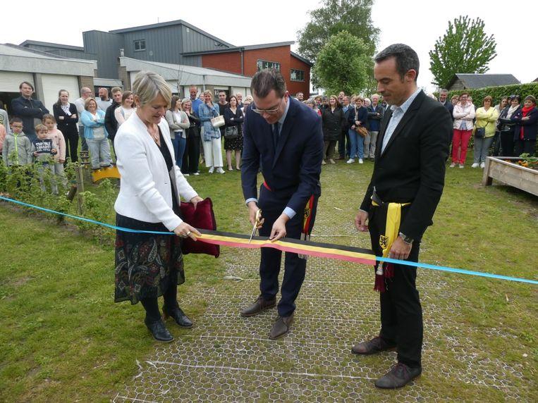 De vernieuwde kleuterspeelplaats werd geopend door directrice Charlotte Beeuwsaert, burgemeester Simon Lagrange en schepen van Onderwijs Frederic Hesters.