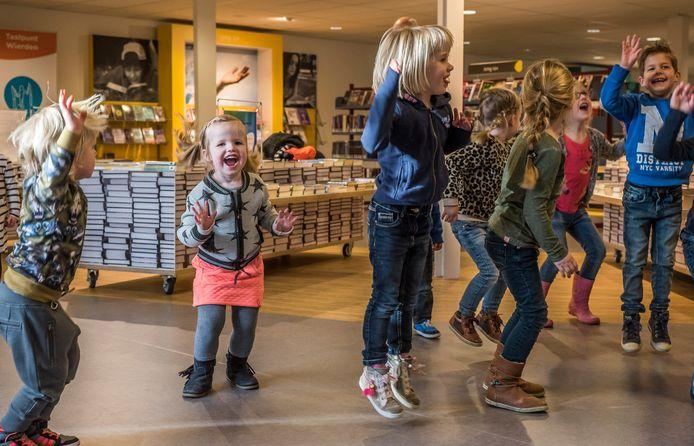 De Wierdens bibliotheek doet al jaren meer dan alleen uitlenen van boeken en materialen. Zo hield de toekomstige partner Kaliber Kunstenschool er al eens een dansactiviteit voor peuters en kleuters.