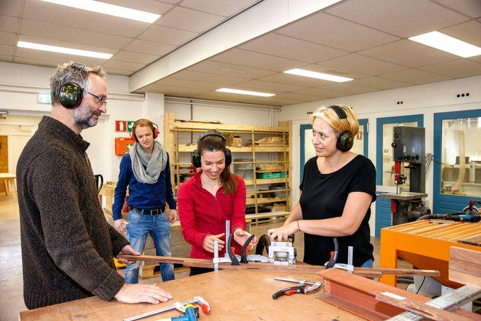 Aan het werk in de werkplaats van Uit de Buurtfabriek, vlnr Kees Heurkens,  Ron Krielen, Cinthia van Dijk en Yana Teterina.