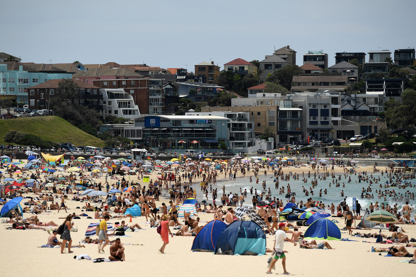 Drukte op het strand in Sydney door de hittegolf.