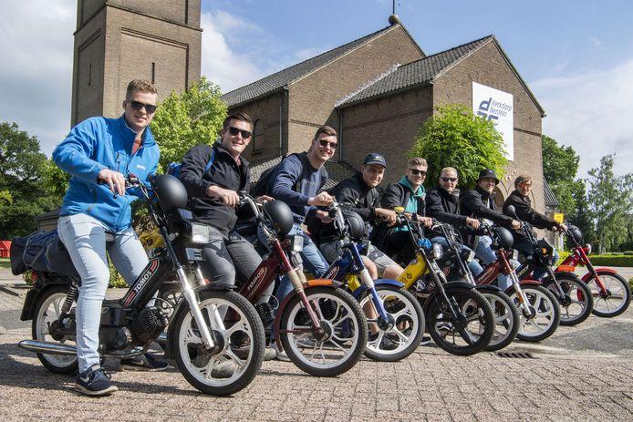 De acht Parijsgangers van Tomosbende Hinnik bij de start van hun trip.