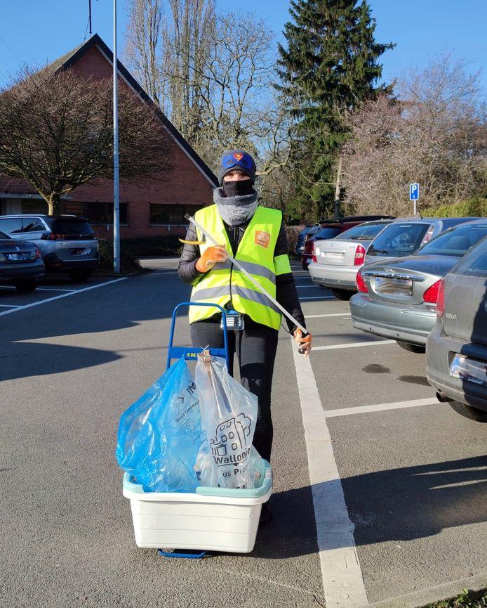 Laetitia (nom d'emprunt) sillonne les rues de Rocourt deux fois par semaine et chasse des déchets sauvages.