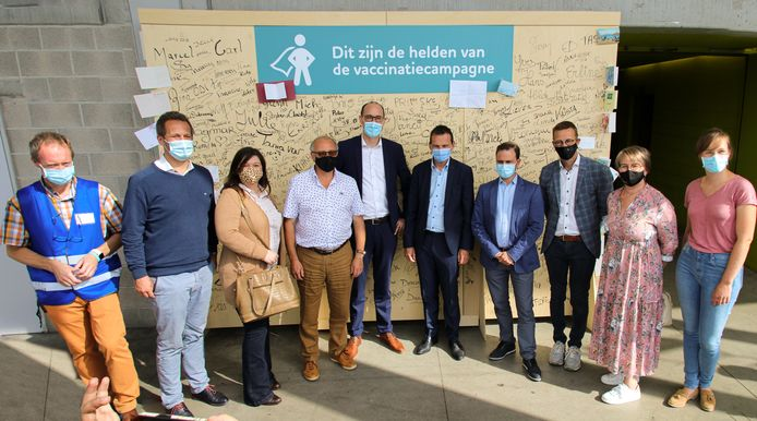 Minister Wouter Beke en minister Vincent Van Peteghem brachten een bezoek aan vaccinatiecentrum de Qubus in Oudenaarde.