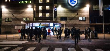 Van den Brom in zwaar weer: boze Genk-fans eisen uitleg bij stadion