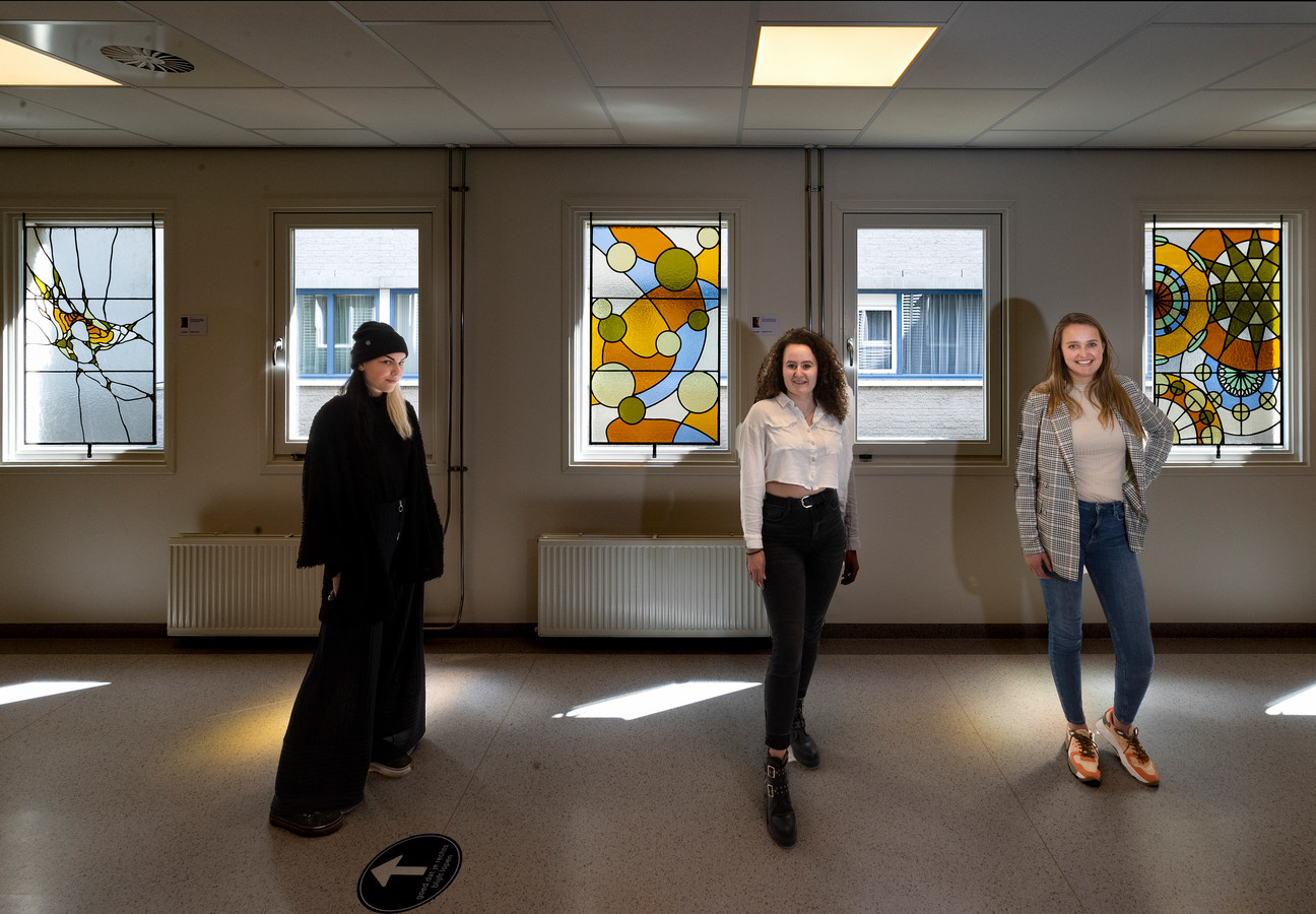 Studenten Eline Laauwen, Lieke Bruhenne en Marloes van Klaarwater(v.l.n.r.) bij de door hen gemaakte herdenkingsramen in het MMC in Veldhoven.