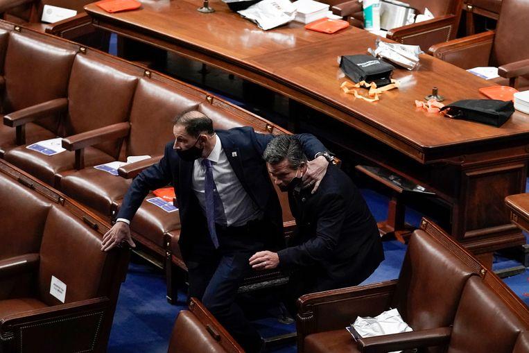 Politici worden geëvacueerd uit het Huis van Afgevaardigden. Beeld AP