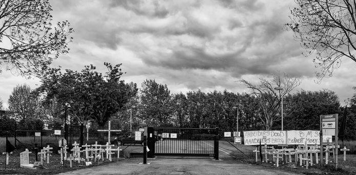 Donkere wolken boven Dramix, de afdeling van Bekaert in Moen, die straks helemaal dicht moet. De werknemers creëerden vandaag een symbolische begraafplaats aan de ingang van het bedrijf.