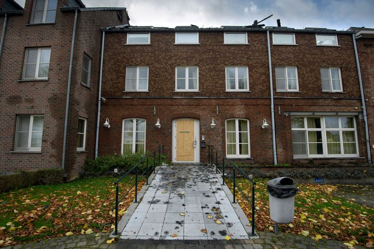 Afgelopen zondag werd het toekomstig asielcentrum in Bilzen in brand gestoken. Beeld Photo News