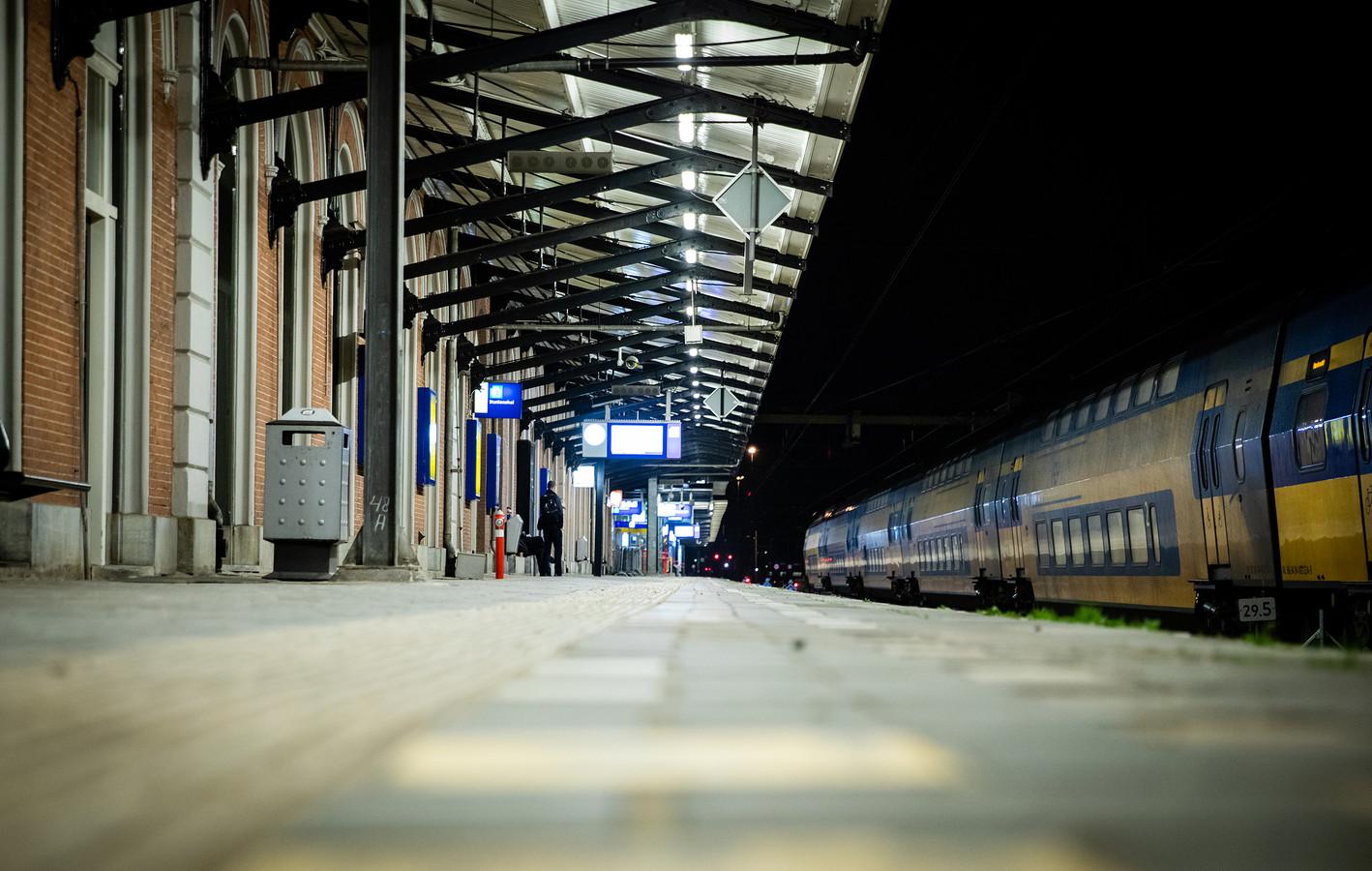 Treinen rijden wel, maar alleen voor mensen met een zogenoemd vitaal beroep. Het resultaat: nagenoeg lege wagons op een verder doodstil NS-station.
