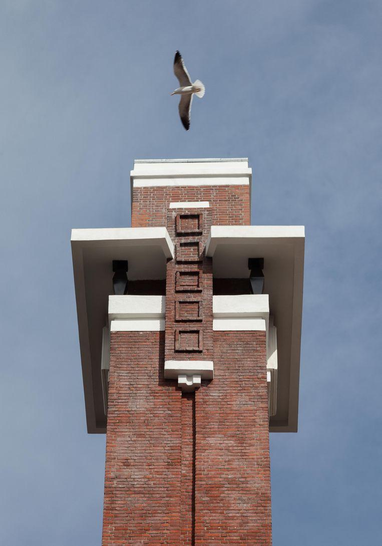 Op 17 april stonden we onder de toren in de Linnaeusstraat, louter decoratief onderdeel van het woon- en winkelblok uit 1929-1930 van architect Co Franswa. Het complex is sinds de renovatie in 1996 een gemeentelijk monument. Winnaar van het jaarabonnement op Ons Amsterdam is Jan Slijkerman uit Amsterdam. Beeld Nina Schollaardt