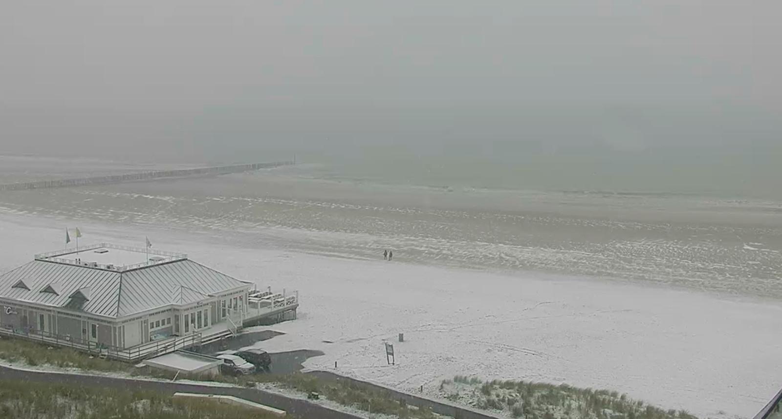 Via een webcam in Cadzand (Zeeland) bij het strand is de eerste laag sneeuw te zien.