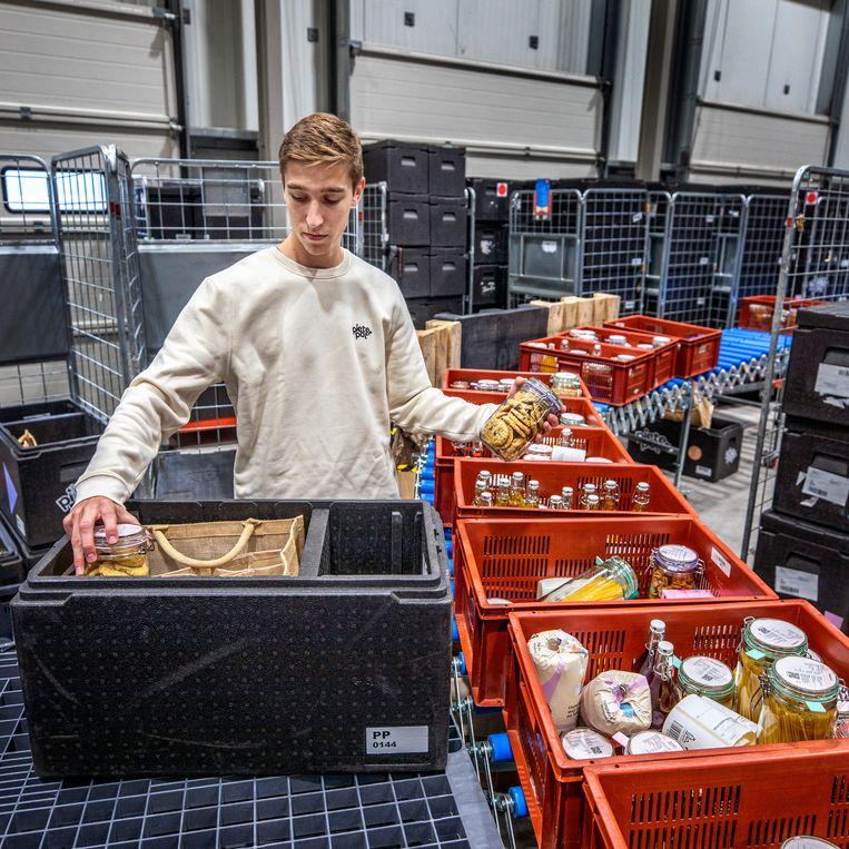Potten worden klaargemaakt voor verzending naar de klanten. Beeld Raymond Rutting / de Volkskrant