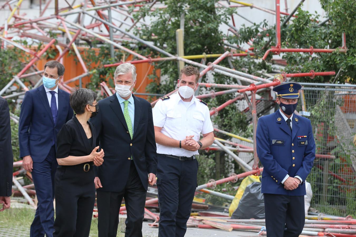 Koning Filip van België op bezoek bij de puinhopen in Antwerpen.
