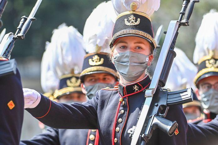 Prinses Elisabeth marcheerde dapper mee met haar leeftijdsgenoten.
