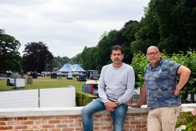 Marc Reijntjes en Erik Ost aan het kasteel met zicht op het plein.
