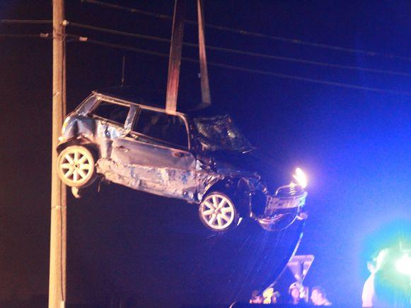 De beschadigde Mini Cooper.