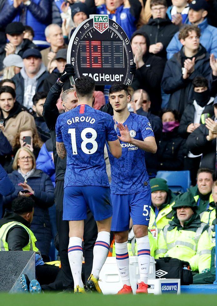 Armando Broja bij zijn officiële debuut voor Chelsea. Hij komt tegen Everton het veld in voor Olivier Giroud.