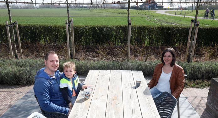 Familie Verstraeten op hun terras in Nieuwvliet.