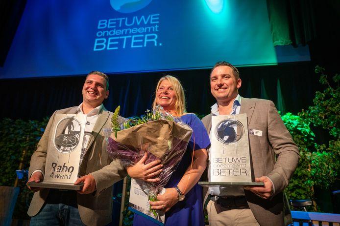 Ondernemers van het Jaar Günther Maters en Linda Kuipers van Koeltrans Angeren en links van hen de winnaar van de Rabo Talent Award  Tom van Dalen van het gelijknamige infra en milieubedrijf. Beide prijzen werden in een bomvolle theaterkerk in Bemmel toegewezen na een stemming onder bezoekende ondernemers uit Lingewaard en Overbetuwe.