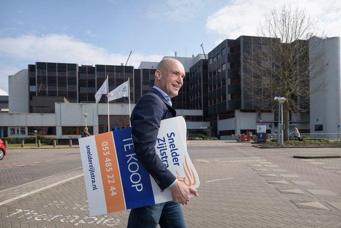 Bedrijfsmakelaar Roy Duijn van Snelder Zijlstra heeft de vier voormalige verpleegtorens van MST in de verkoop.