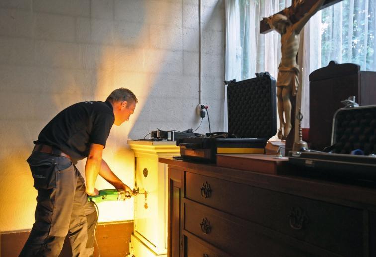 De professionele brandkastkraker Maurice Kemp uit Eindhoven opent de aanval op het weerbarstige slot van de kluis in de kerk van het Heilige Kruis in Hoek, waarvan de sleutel anderhalf jaar zoek was. De operatie is een succes. foto Peter Nicolai