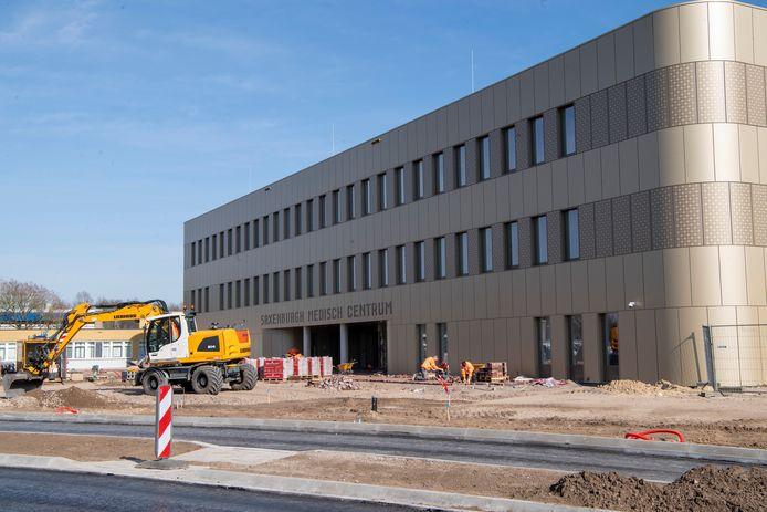 Saxenburgh Medisch Centrum Hardenberg nadert zijn voltooiing, maar de ingebruikname wordt uitgesteld tot het najaar.