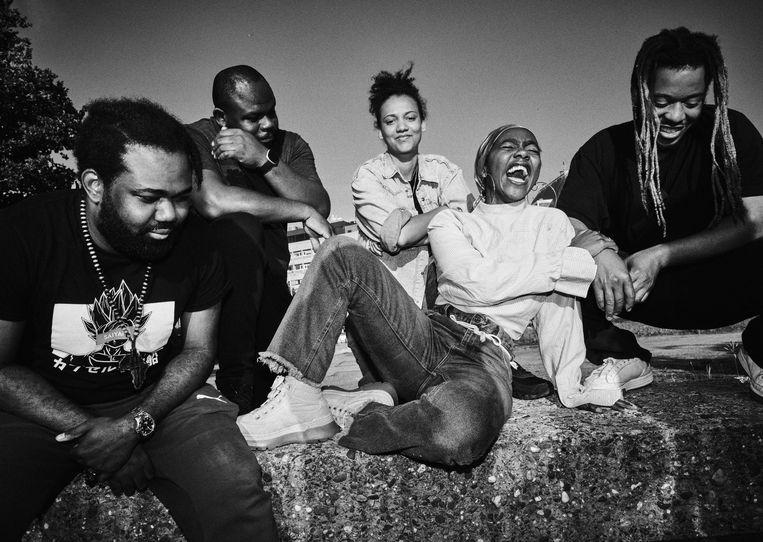 De cast van het collectief Jr.cE.sA.r in hun nieuwe voorstelling 'Who's Tupac?'. Rapper en actrice Gloria Boateng (derde van links): 'Het leven, de wereld waarin je opgroeit, duwt je soms in bochten.'  Beeld RV © Martijn Halie