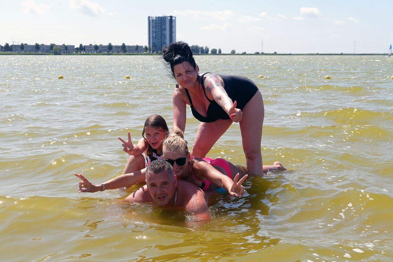Zwemmen in de Binnenschelde in Bergen op Zoom. Op de foto: Agatha Kuchnik en Malvina en David Naslany.