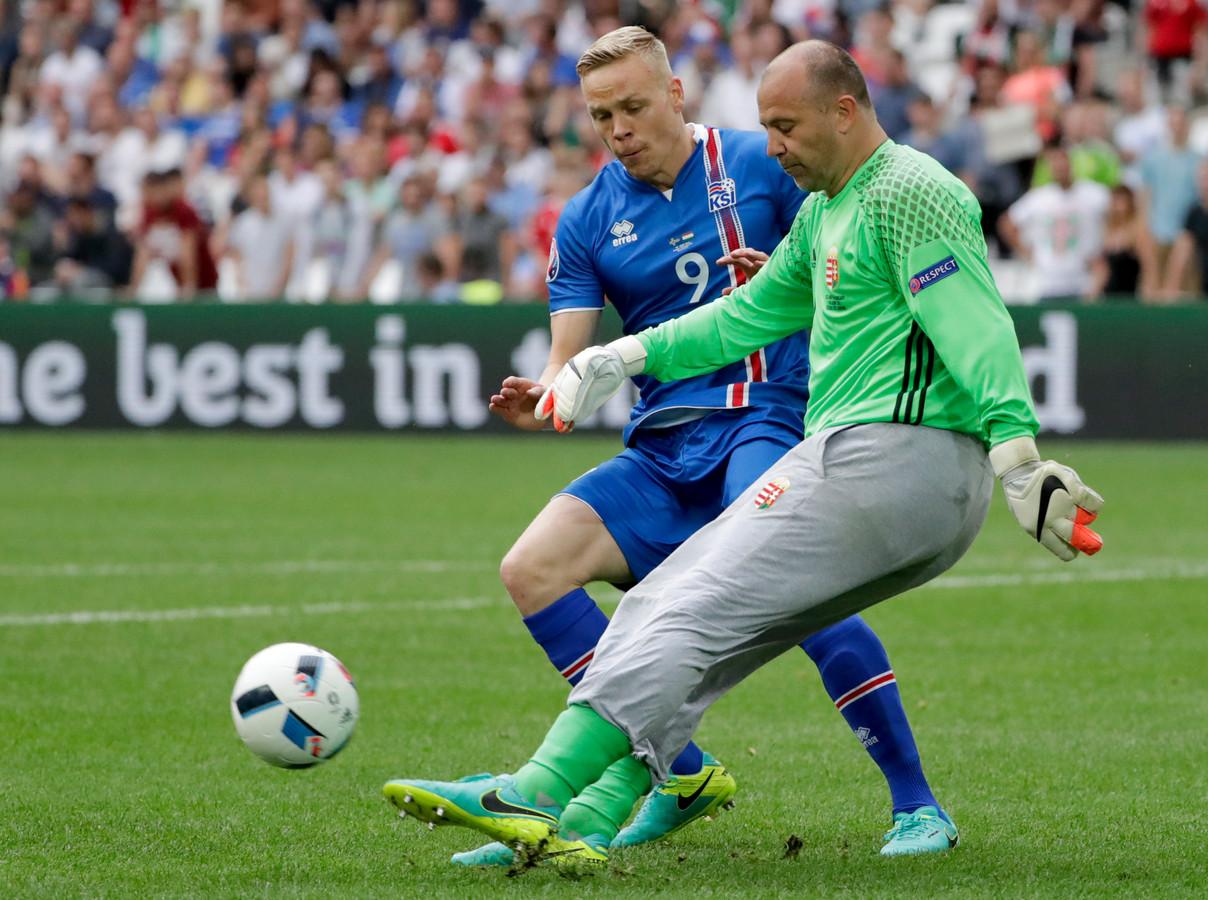 Király wordt opgejaagd door voormalig Ajax-spits Kolblein Sigthorsson.