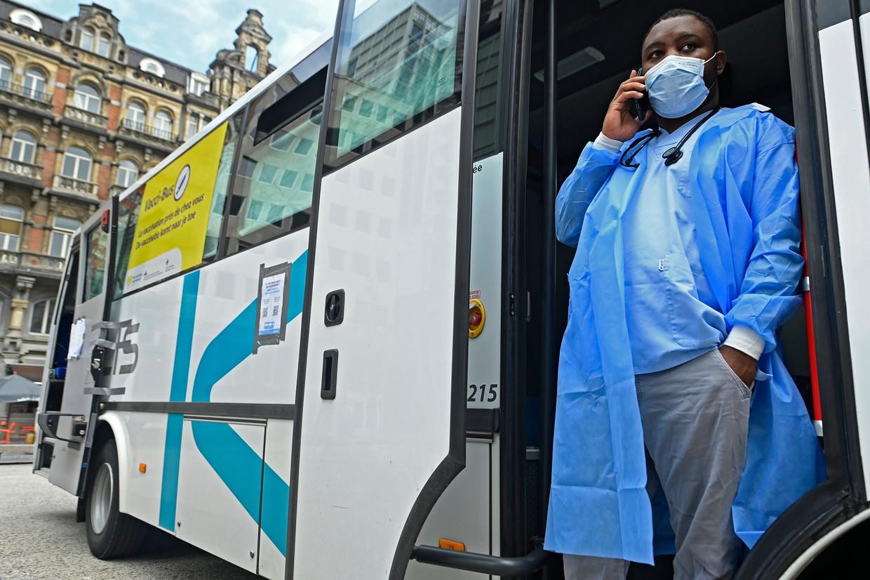 De Vacci-Bus moet in Brussel op een laagdrempelige manier de vaccinatiegraad opkrikken. De horecasector vindt dat too little, too late. Beeld Photo News