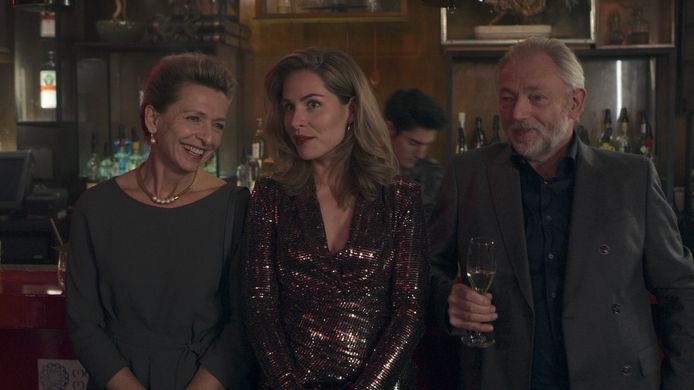 Tine Joustra (Caroline), Sanne Langelaar (Iris), Aus Greidanus sr. (Jack) van Swanenburg