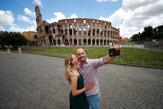 Duitse toeristen maken een selfie voor het Colosseum in Rome, nadat Italië zijn grenzen weer opende voor inwoners uit andere Europese landen. Italië is zwaar getroffen door de coronapandemie.