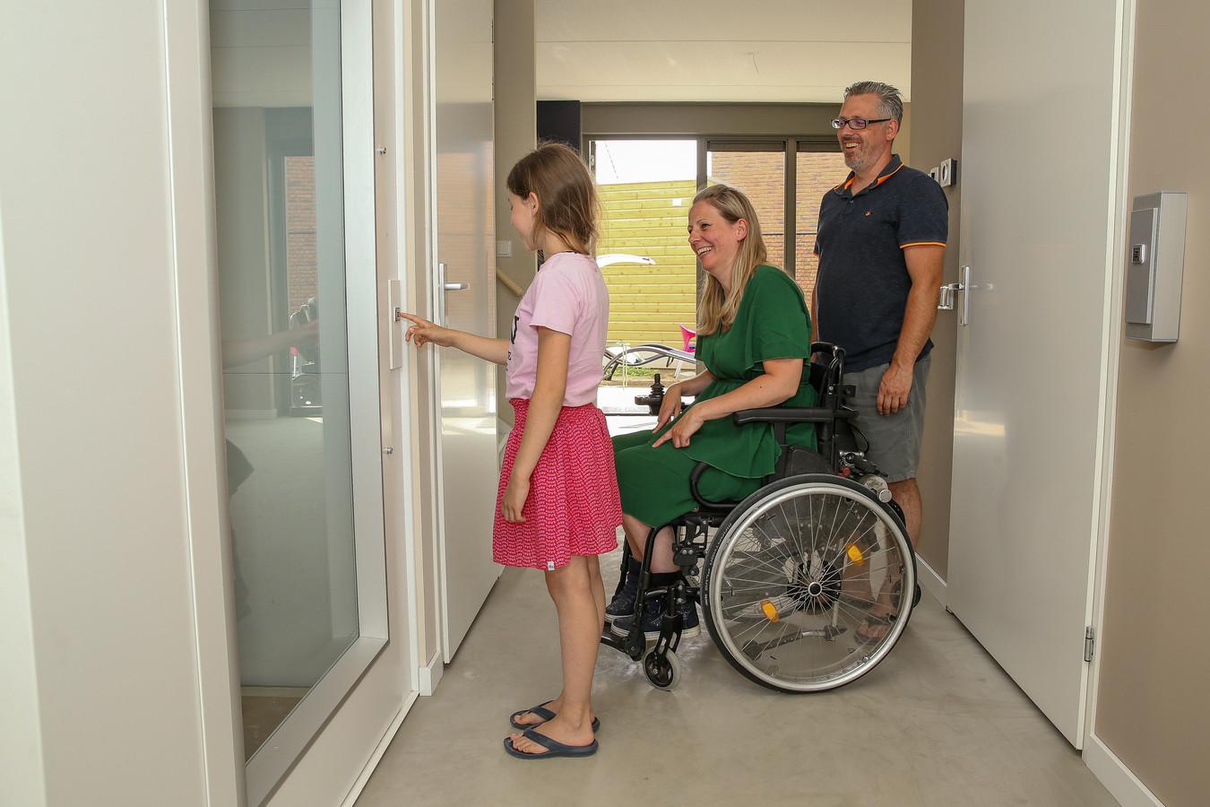 Josine Caspers met partner Remco en dochter Nerena in hun nieuwe huis, met lift, in de Woenderskamp (Nijmegen-Noord).