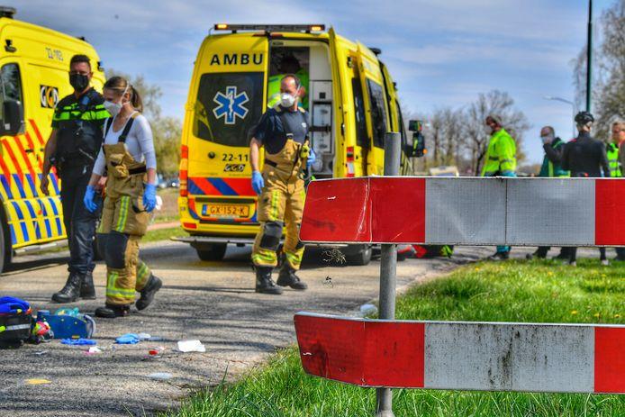 Wielrenner zwaargewond door botsing met verkeersbord.