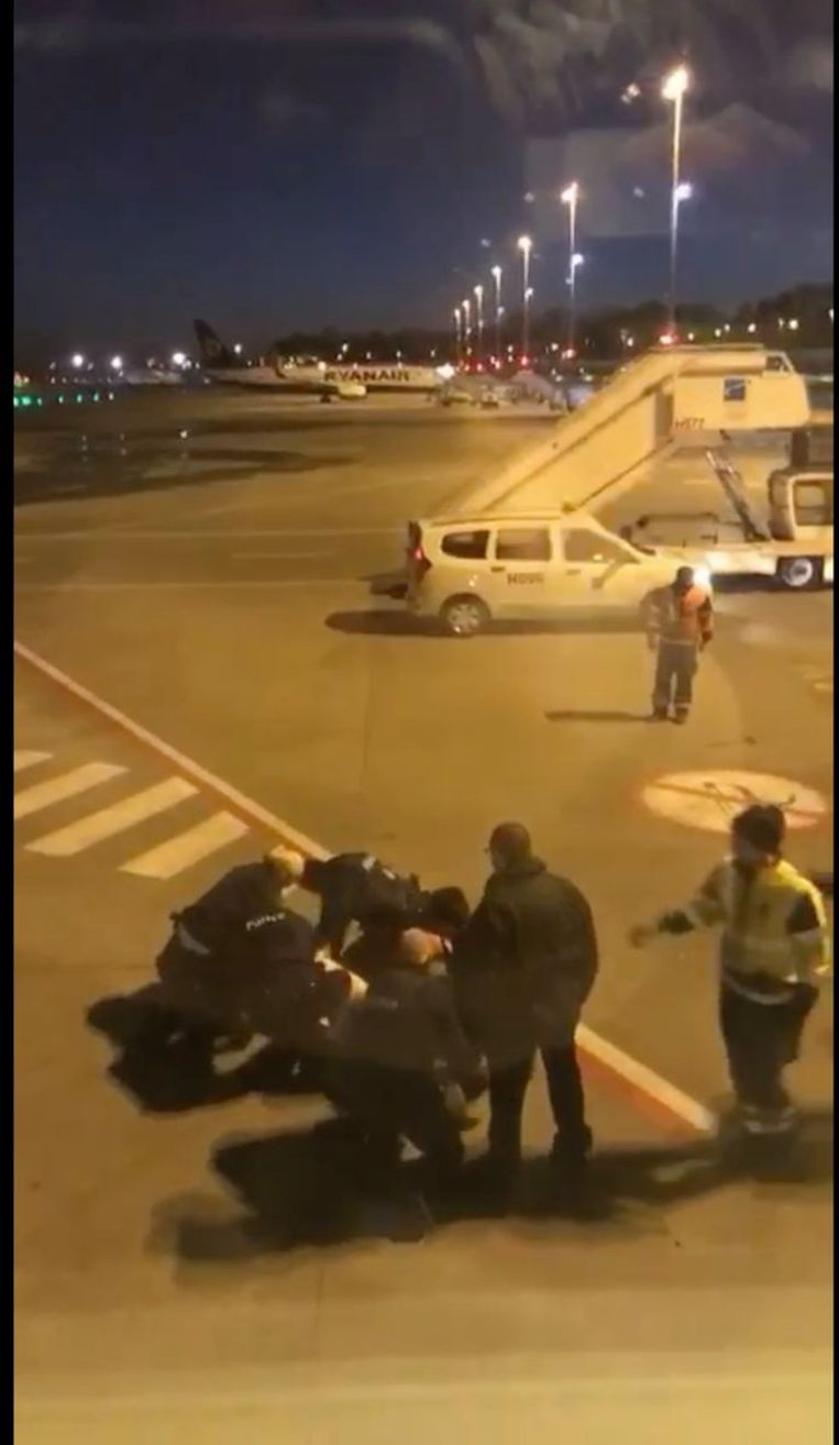 Chovanec wordt overmeesterd op de luchthaven van Charleroi.  Beeld rv